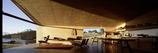 modernes Haus an der Küste mit modernem Interieur aus Kieferholz