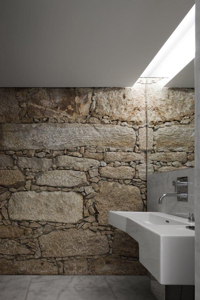 idee für badezimmer spiegelbeleuchtung durch indirekte deckenbeleuchtung und luxus badezimmer gestaltung mit natursteinwand und spiegelwand