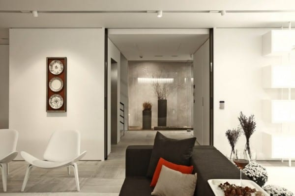 wohnzimmer farbgestaltung in schwarz-weiß mit modernen möbelstücken und sodadeko kissen