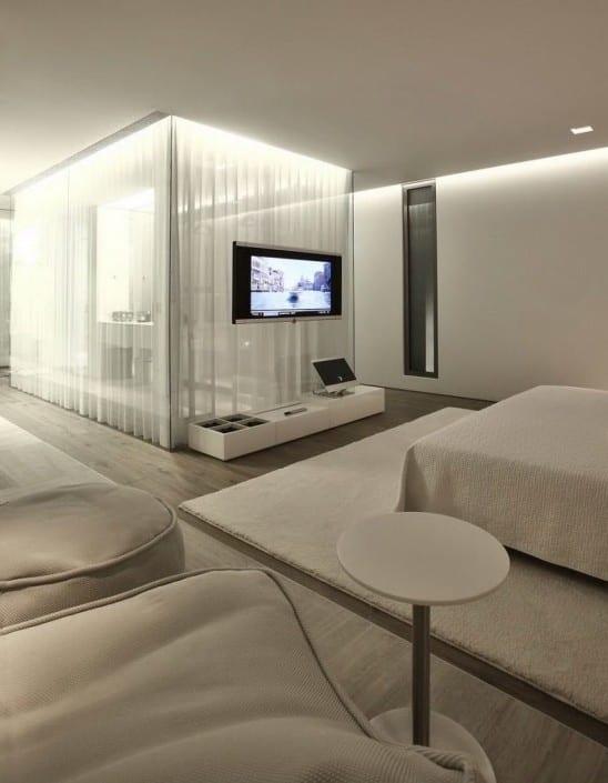 schlafzimmer gestaltung mit teppich weiß und bettdecke weiß als erweiterung zu den weißen gardinen