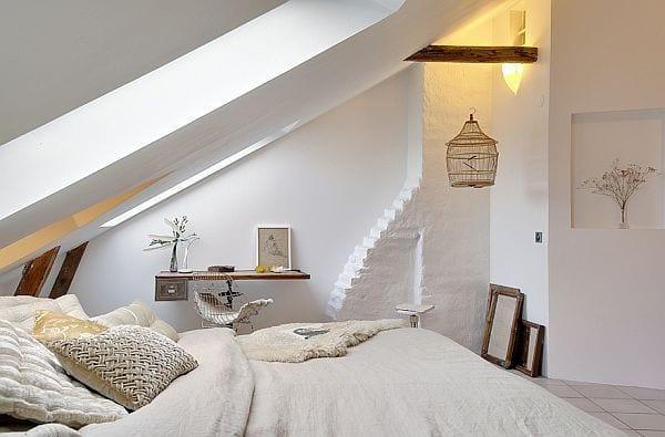 schlafzimmer dachschräge mit rustikalem schreibtisch holz gemütluch einrichten