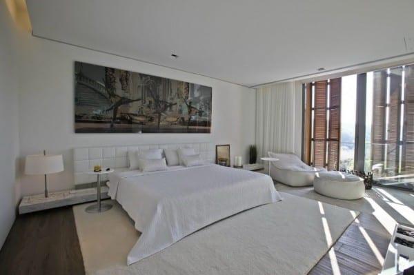 moderne schlafzimmer einrichtung mit nachttischplatte aus marmot und moderner teppich weiß_schlafzimmer wanddeko