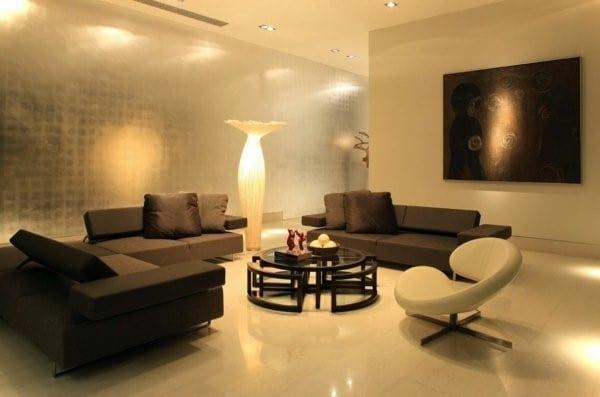 wohnzimmer gestaltung mit tapete grau und polstersofas mit rundem couchtisch schwarz