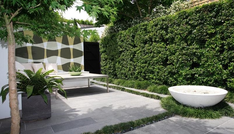 wand streichen idee für gartenmauer kleiner gärten mit sitzecke weiß und grüne wand aus hecken