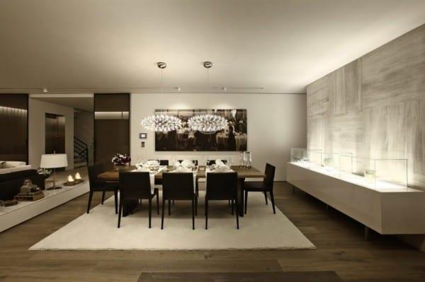 luxus wohnesszimmer mit marmorwand und modernen pendellampen über dem Esstisch