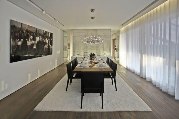 Moderne Esszimmer Einrichtung Mit Weißen Gardinen Und Indirekte  Deckenbeleuchtung