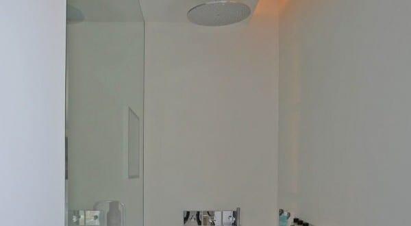 moderne bäder interieur mit glaswand und doppelduschen mit indirekter deckenbeleuchtung - fresHouse