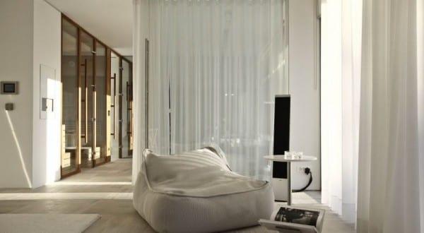moderne einrichtung mit puffsessel weiß und beisteltisch ...