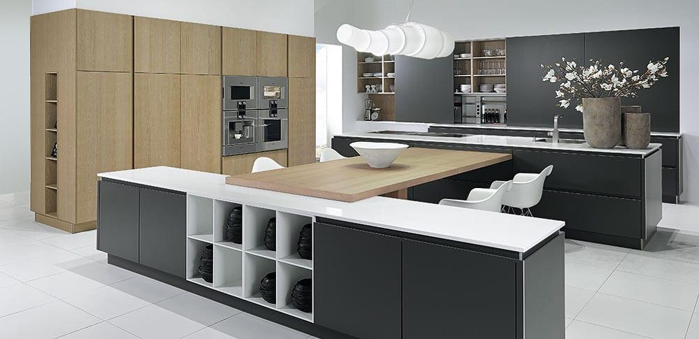 küche farbe grau und weiß mit kochinsel und esstisch holz