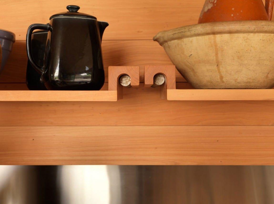 einrichtung küche mit modernen wandregalen aus holz