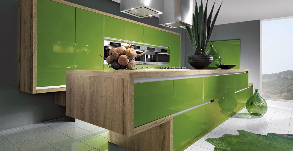 küche grün mit kochinsel und küchenschränken aus holz mit grünen schranktüren und schubladen