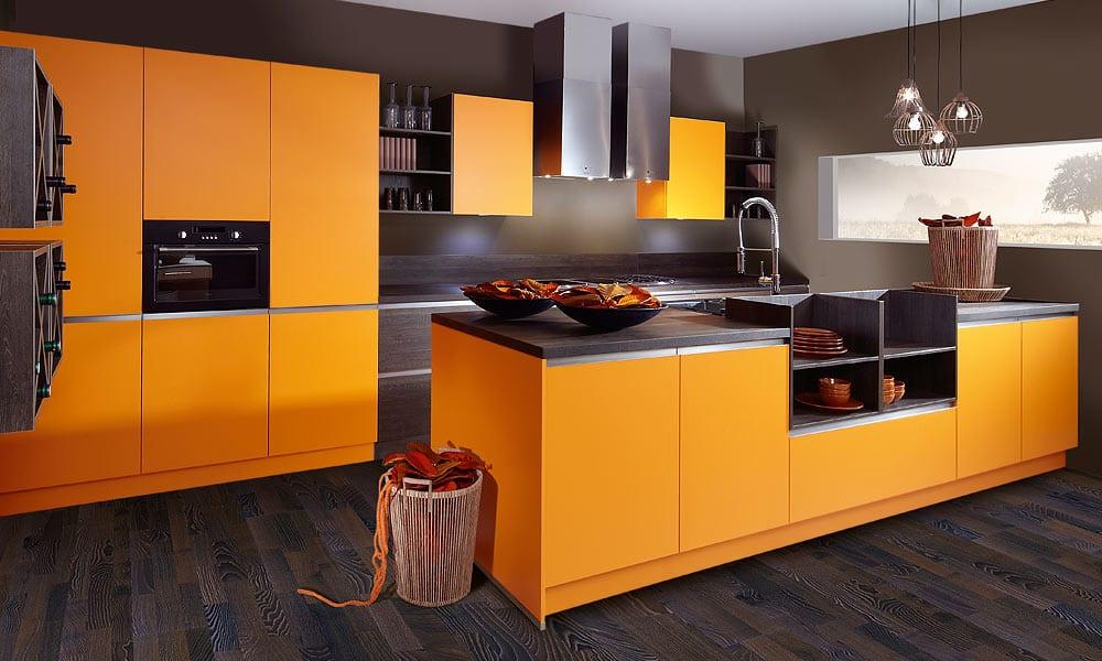 idee für küche farben und frische farbgestaltung mit kochinsel orange und wandfarbe grau