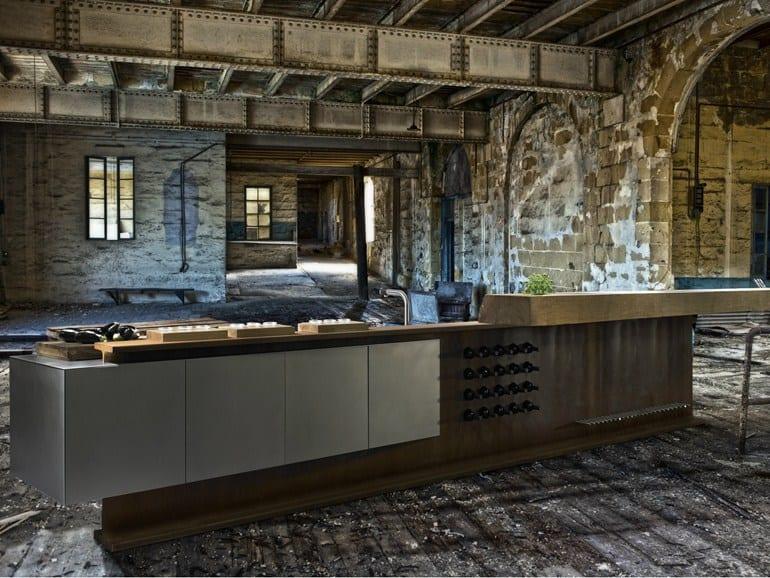 cooles Interieur einer Loft wohnung mit Kochinsel aus I-stahlträger mit weinregal