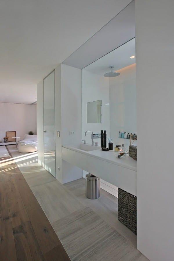 schlafzimmer einrichtung mit waschtisch weiß und glasscheibe hinter dem waschtisch