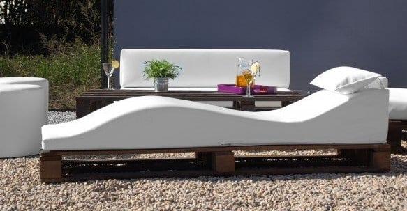 DIY Palettenmöbel für moderne terrassengestaltung in weiß mit wandfarbe blau