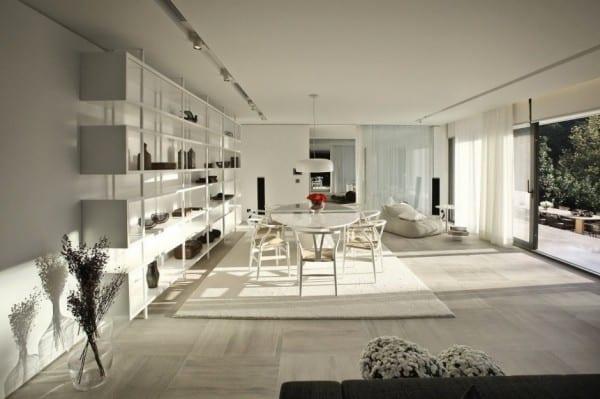 moderne architektur und design interior in weiß als inspiration fürs esszimmer mit schiebetüren zum garten