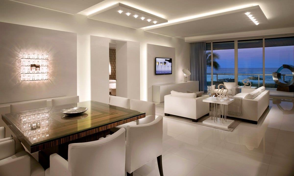 luxus wohnzimmer weiß mit wandgestaltung und wandbeleuchtung