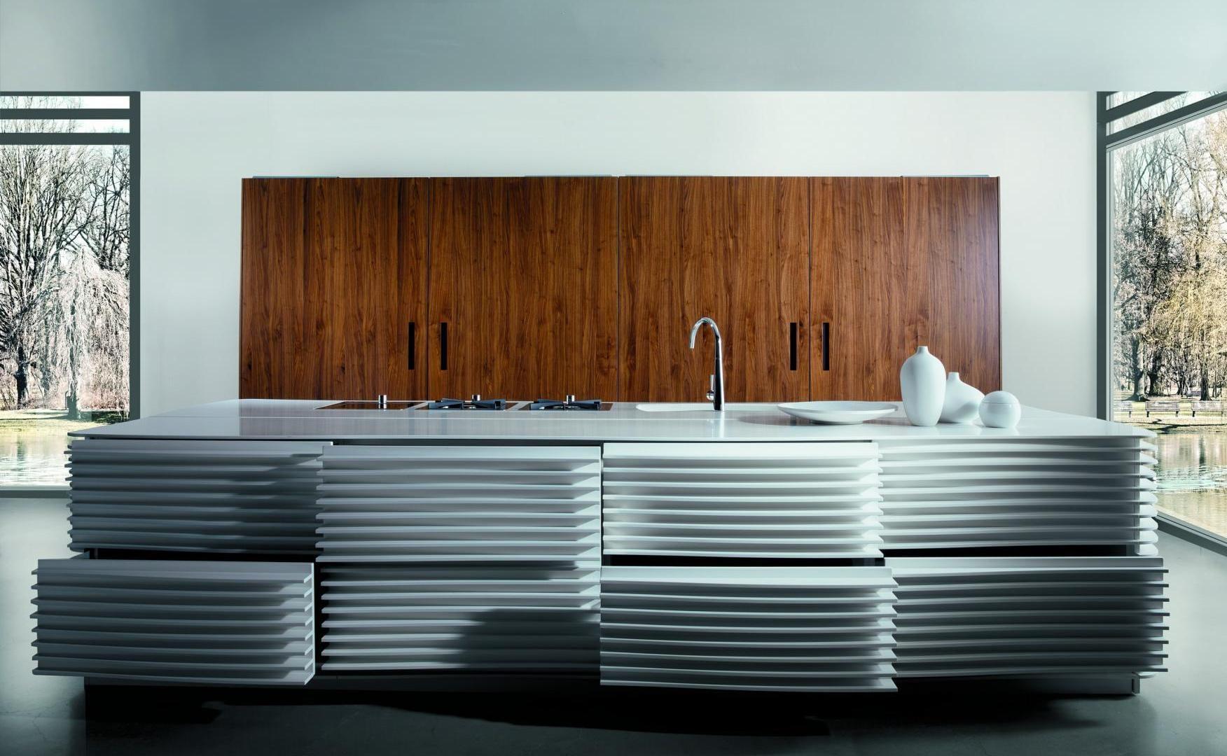 moderne kücheneinrichtung mit eingebaiten küchenskränken mit holztüren und kochinsel mit schubladen