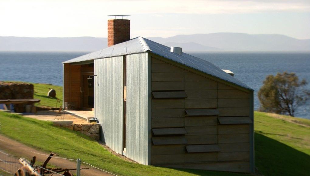 eingeschossige residenz mit Pultdach und Wandgestaltung mit klappelementen