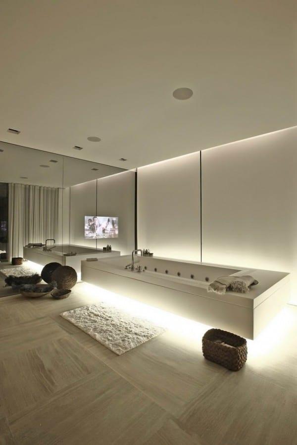 moderne badär weiß mit badezimmerspiegel und natursteinboden