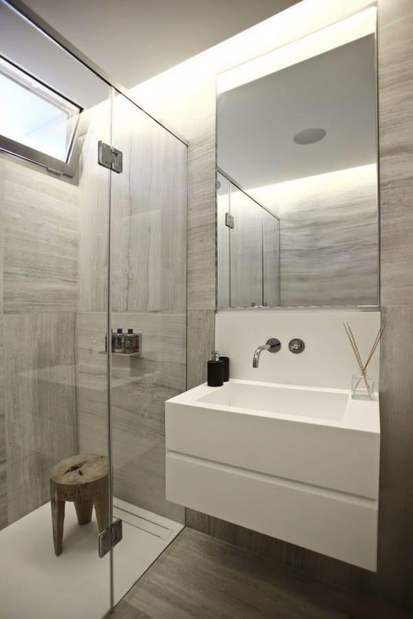 badezimmer grau mit klappfenster und spiegelwaschtischschrank mit badezimmerspiegelbeleuchtung