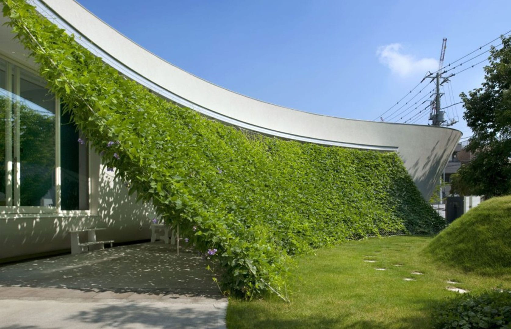 modernes haus weiß mit überdachte terasse und terrassenbeschattung