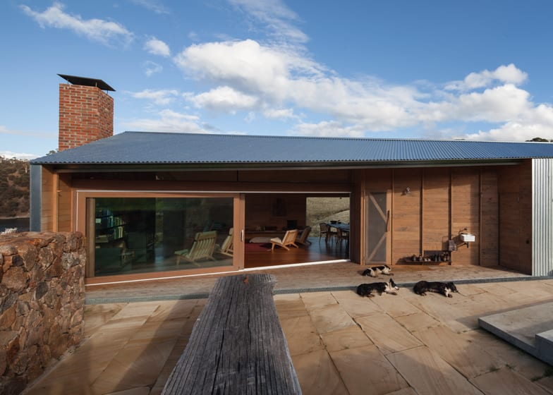 Luxus Residenz mit überdachte terrasse und Terrassengestaltung mit natursteinboden und Holzbank