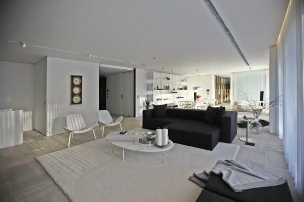 weißes interior design idee mit polstersofa schwarz und marmorboden mit weißem teppich