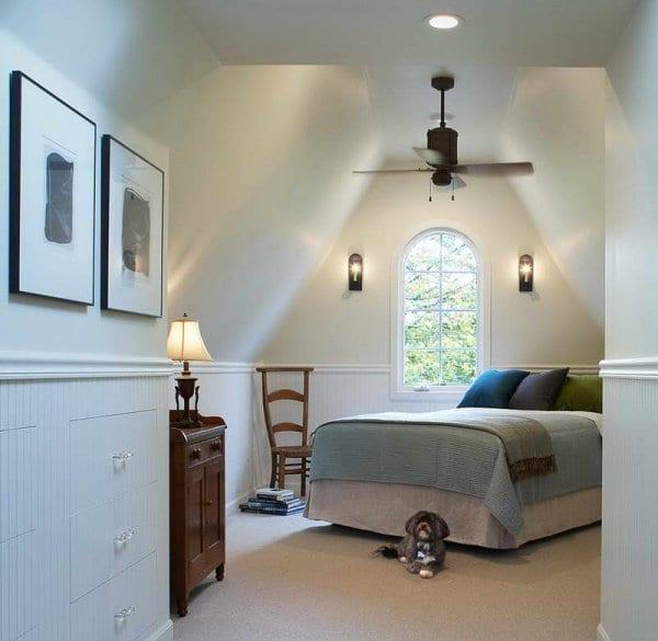 kleines schlafzimmer Design und Gestaltung mit Wandleuchten und Holzmäbeln