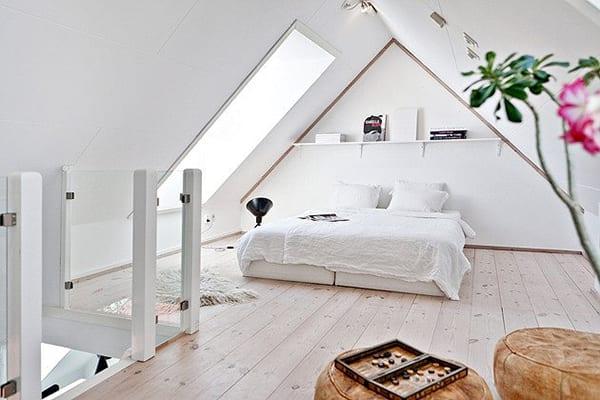 luxus schlafzimmer mit holzbodenbelag und wandgestaltung mit wandregal weiß und runden lederbodenkissen