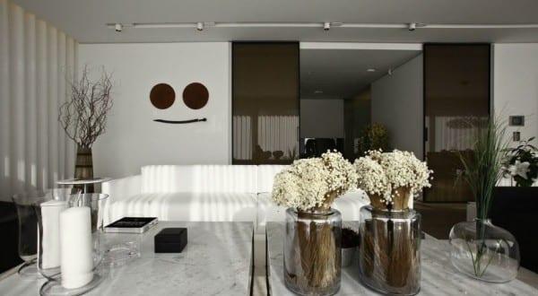 modernes wohnzimmer mit schiebet ren aus schwarzem glas und moderne couchtische aus marmor. Black Bedroom Furniture Sets. Home Design Ideas