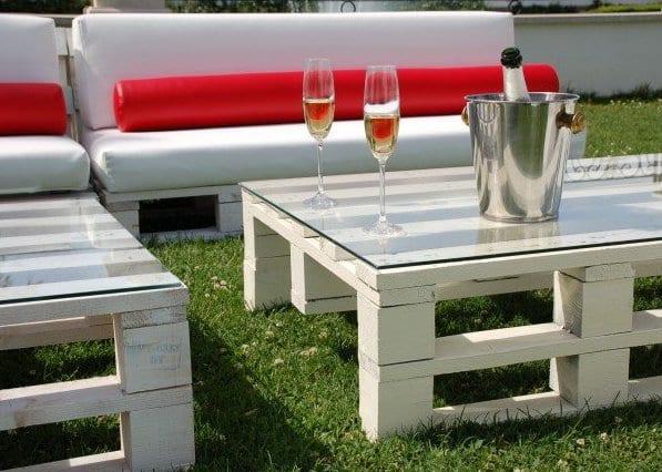 coole gartengestaltung mit couchtisch und sofa aus europaletten in weiß mit weißen und roten sofakissen
