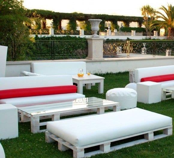 weiße palettenmöbel als gastronomiemöbel für den garten_couchtisch aus paletten mit glasplatte