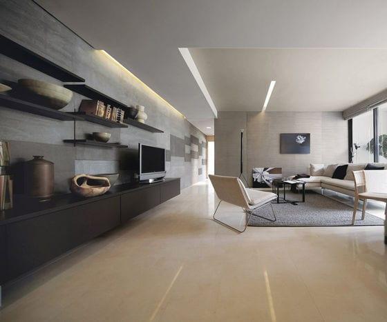 moderne wohnzimmer mit natursteinfliesen und wandregalen aus holz