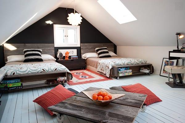 modernes schlafzimmer mit holzboden weiß und DIY Couchtisch aus Paletten gemütlich gestalten_schlafzimmer ideen mit zwei holzbetten und mobilen bücherregalen
