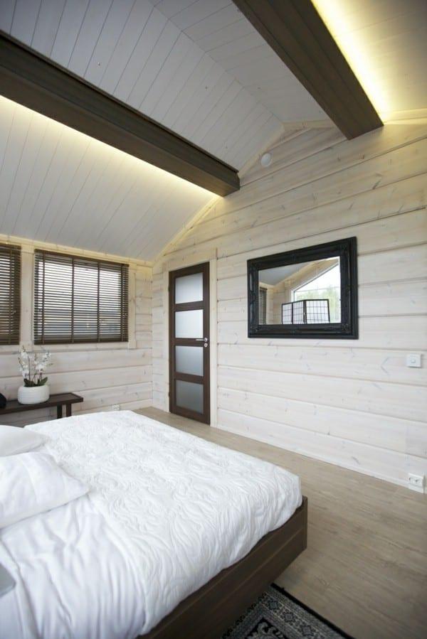 Schlafzimmer mit dachschräge in weiß mit spiegel