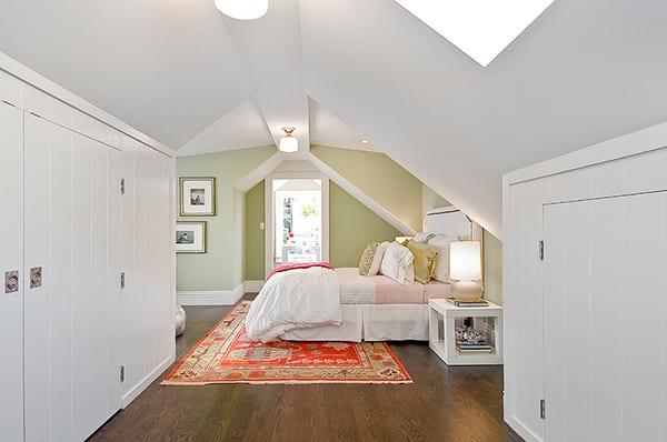 modernes schlafzimmer dachschräge mit wandfarbe hellgrün und dunklem holzboden_schlafzimmer streichen idee