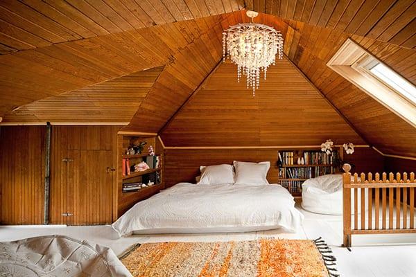 schlafzimmer dachschräge gemütlich gestalten mit weißen puffkissen