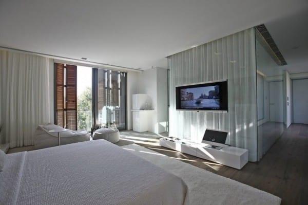 moderne schlafzimmer inspiration mit weißen gardinen und holzfensterläden