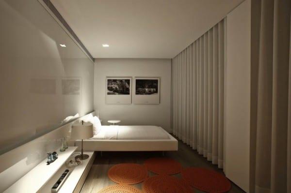 kleines schlafzimmer mit glaswand und bett mit nachttischkommode weiß_moderne gardinen weiß und wanddeko schlafzimmer