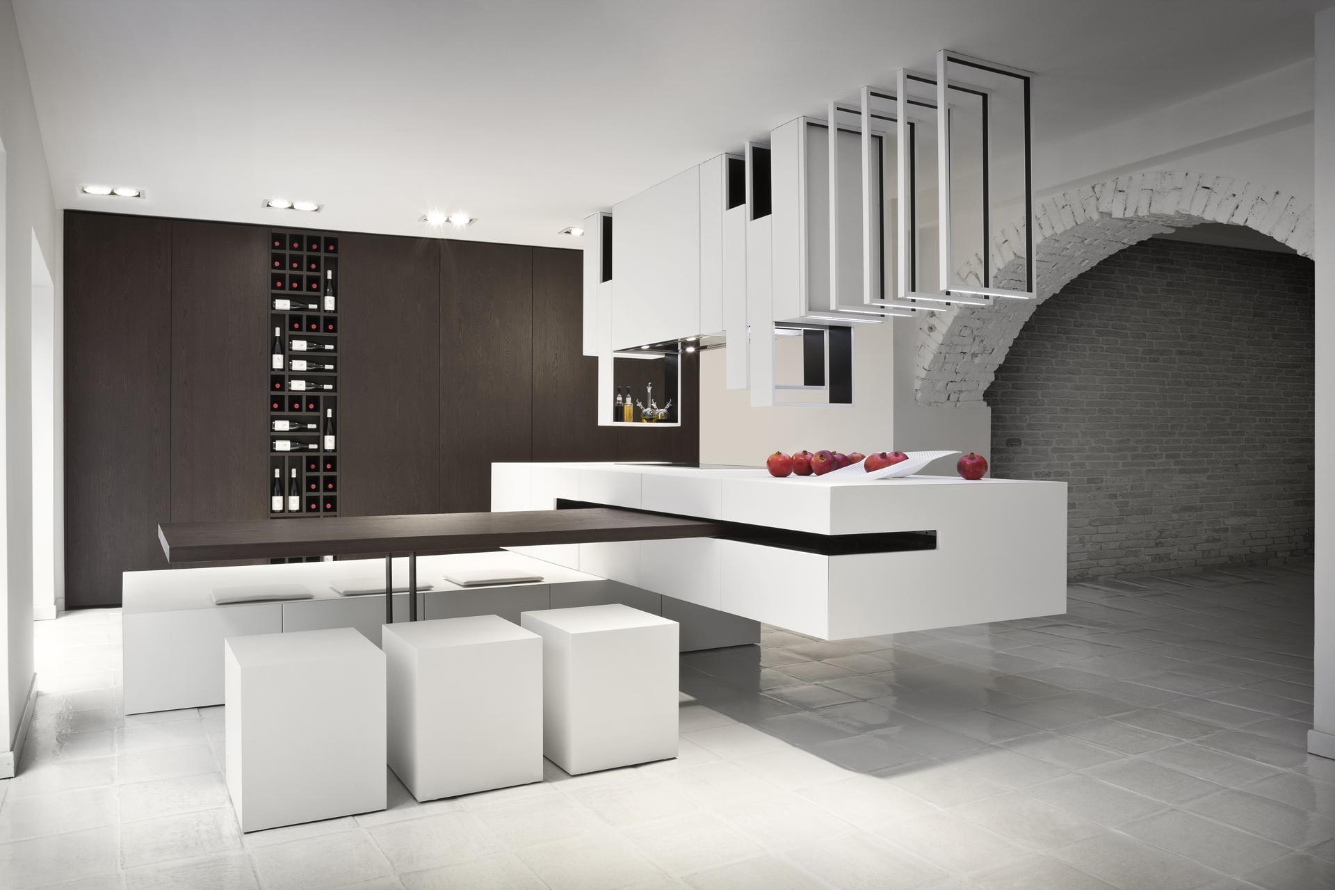 luxus interior design mit weißen ziegelmauern und moderne küche mit Holzwand und Kochinsel mit Esstischplatte aus Holz