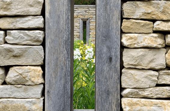 gartenmauer aus natursteinen grau mit kleinen Öffnungen als Mauerdeko