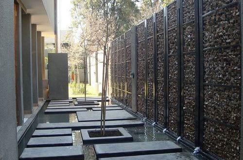 wassergarten gestaltung mit steinkorbmauer als gartenmauer. Black Bedroom Furniture Sets. Home Design Ideas
