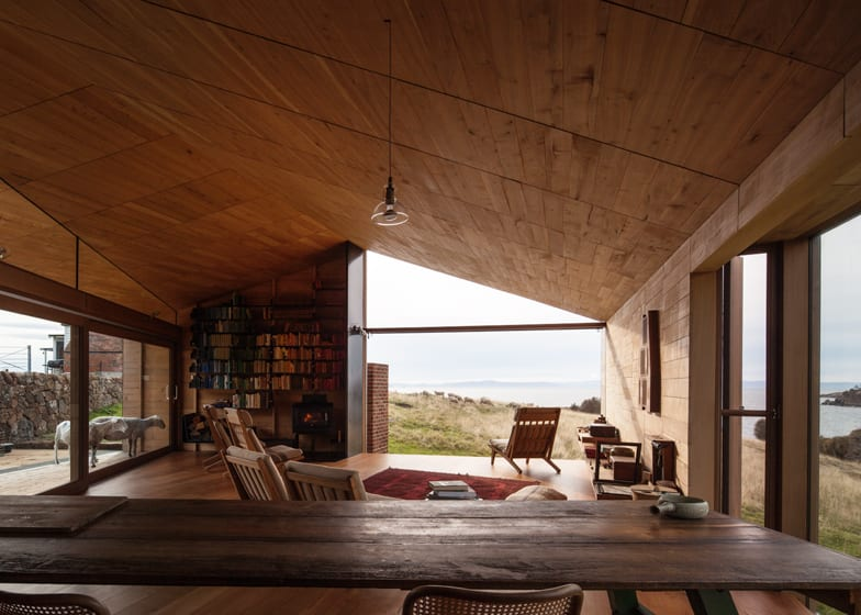 wohnzimmer rustikal mit holzmöbeln und pendellampe