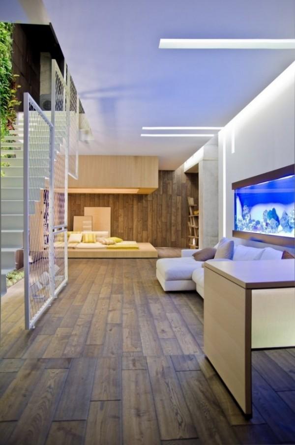coole idee für wohnzimmergestaltung mit weißem gitter und holzboden