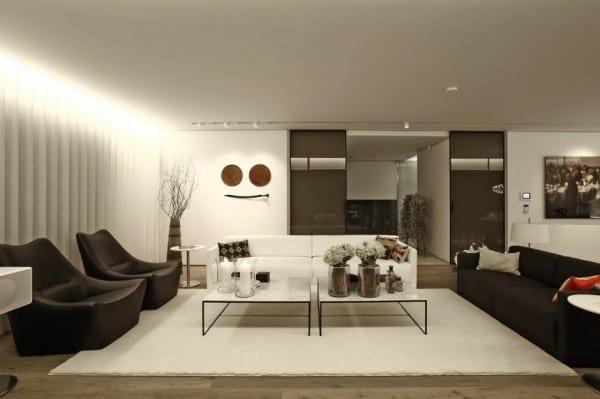 moderne wohnzimmer interior design mit ledersesseln schwarz und moderne m teppich weiß unter couchtischen mit marmorplatten