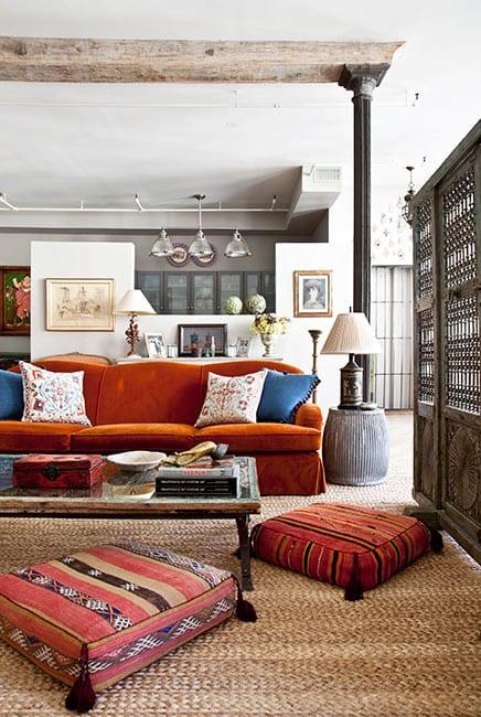 marroko wohnstil mit sofa in orange und rustikalem couchtisch holz