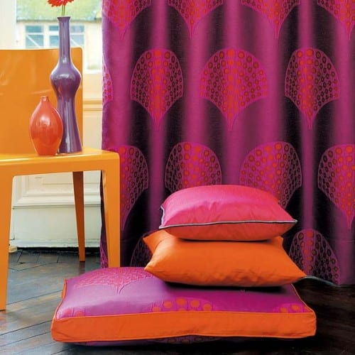 modernes interior design und bunte raumgestaltung mit bodenkissen und vorhängen in lila und orange