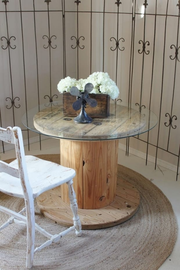 DIY Couchtisch rund aus holz mit runder glasplatte und Holzstuhl rustikal