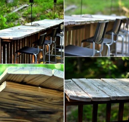 Holzterrasse einrichten mit DIY Garten Bar und schwarzen Barhockern entlang dem Terrassengeländer